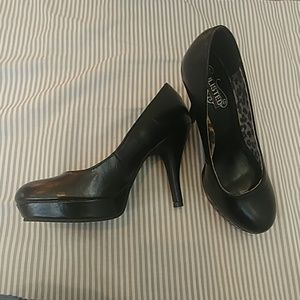 Kenneth Cole Unlisted Black Pumps